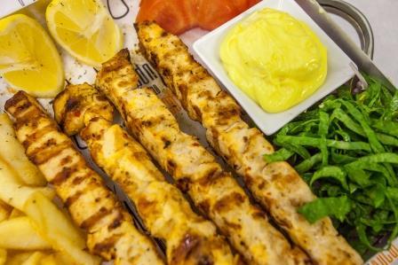 ffe00e72470 ... Μερίδα Καλαμάκια Κοτόπουλο για σερβίρισμα - Κρέας στην Πυρά Δάφνη ...